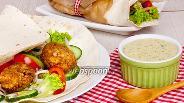 Фото рецепта Фалафель в лаваше с овощами и соусом Тахини
