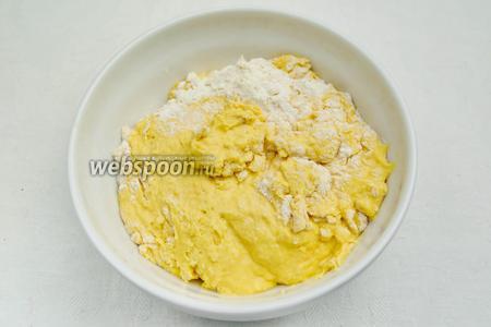 Добавить в муку жидкую массу жёлтого цвета. Замесить тесто. В процессе замеса добавлять растительное масло, в конце замеса соль.