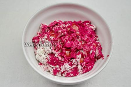 Добавить в муку жидкую массу свекольного цвета. Замесить тесто. В процессе замеса добавлять растительное масло, в конце замеса соль.