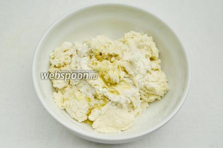 Добавить в муку жидкую массу белого цвета. Замесить тесто. В процессе замеса добавлять растительное масло, в конце замеса соль.