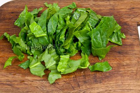 Листья шпината помыть и нарезать полосками.