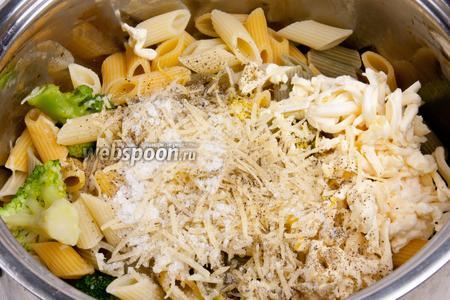 В макароны добавить сок и цедру лимона, посолить, добавить пармезан, маскарпоне, чёрный перец и перемешать.