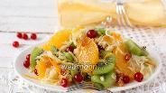 Фото рецепта Салат из капусты, ягод и фруктов