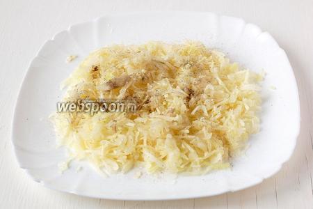 Посыпать солью, растереть руками до выделения сока, приправить чёрным молотым перцем.