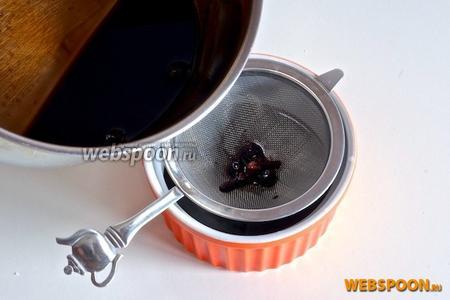 Готовый соус процедите через сито.