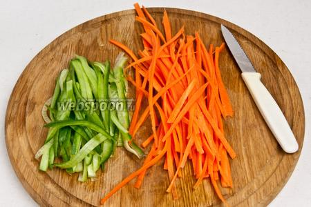 Далее порезать морковь и огурец тонкой соломкой.