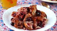Фото рецепта Хлебная запеканка с вишнями и корицей