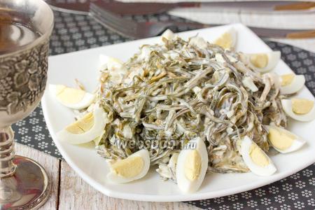 Салат с морской капустой перепелиными яйцами и отварной рыбой