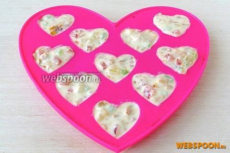 Разложить смесь в силиконовые формочки в виде «сердечек». Если формочек нет, то можно просто разложить небольшими кучками на пергаментной бумаге. Изделия поставить для застывания в холодное место.