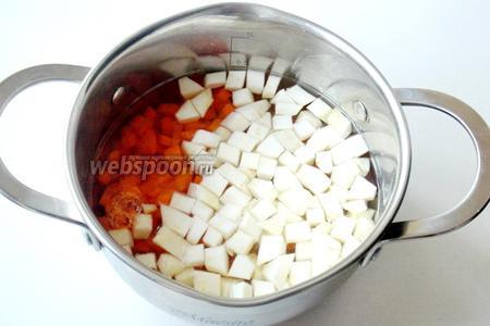 Морковь и сельдерей отвариваем до готовности.