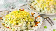 Фото рецепта Салат с копчёной курицей и зелёным горошком
