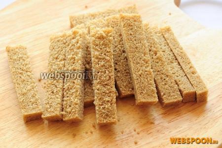 У ржаного хлеба отрезаем корки с четырех сторон и режем хлеб на брусочки.
