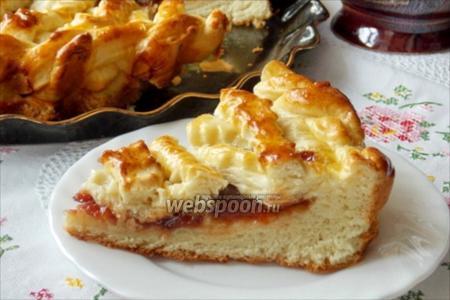 Сдобный дрожжевой пирог с повидлом