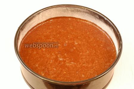 Вылить тесто в смазанную маслом и обсыпанную мукой форму диаметром 20 см.