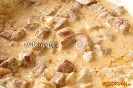 Спустя 15-20 минут печень должна быть готова. Подавайте с гарниром, присыпав зеленью.