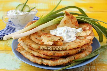 Лепёшки с сыром, курицей и зелёным луком