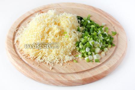 Твёрдый сыр натираем на мелкой тёрке, а помытый зелёный лук нарезаем тонкими колечками.