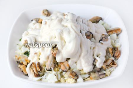 Заправляем салат майонезом и слегка солим по вкусу.