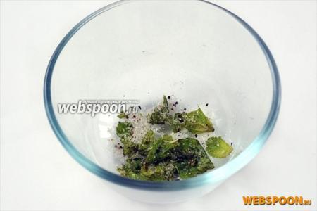 Растираем мятные листочки (достаточно 2-3) с крупинками сахара, соли и перца.