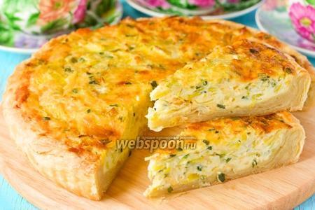 Открытый пирог с луком, яйцом и сыром