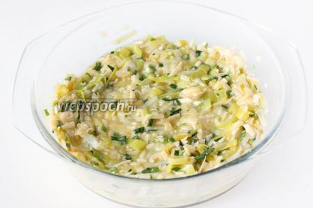 Перемешиваем луково-сырную начинку, слегка посолив и поперчив.