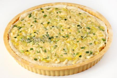 На полусырую основу выкладываем начинку, распределяя её ровным слоем по всей площади пирога.