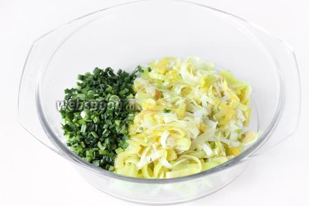 Соединяем зелёный лук и лук-порей вместе с маслом, на котором он обжаривался.