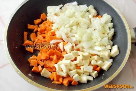 Морковь, репчатый лук и корневой сельдерей мелко нарезать и припустить на сковороде в небольшом количестве рафинированного подсолнечного масла.