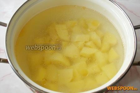 Картофель мелко режем и кладём в бульон.