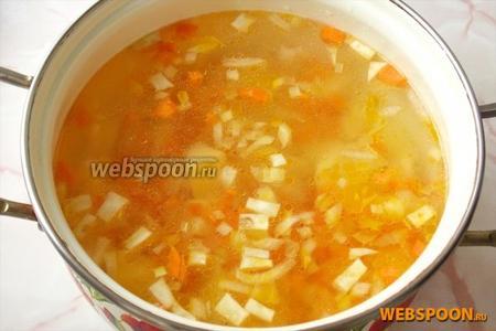Затем добавляем в бульон морковь, репчатый лук и сельдерей.