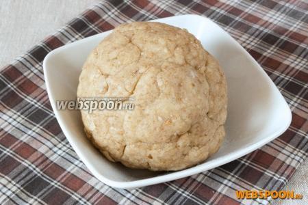 Замесить тесто. Оно получается мягким, податливым, при раскатывании немного крошится.