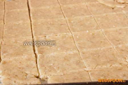 Раскатать тесто в пласт на листе пергаментной бумаги. Разрезать ножом на фигуры произвольной формы.