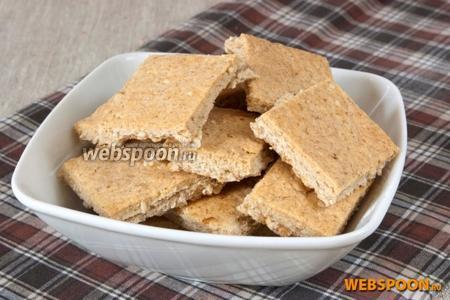 Выпекать в горячей духовке 15-25 минут при 180°C. Вынуть печенье и остудить.