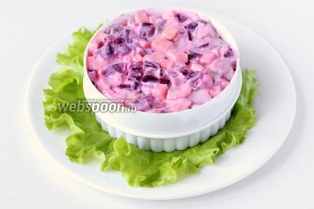 Через час подаём салат порционно или в общем салатнике, украсив по своему желанию.