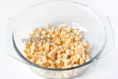 Пока лук маринуется, твёрдый сыр нарезаем небольшими кубиками и выкладываем в салатник.