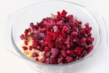 Отваренную и остывшую свёклу чистим, нарезаем кубиками (по размеру приблизительно одинаковыми с сырными) и добавляем в салатник к сыру и сельди.