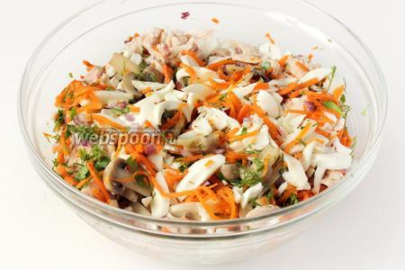 В глубоком салатнике соединяем подготовленные ингредиенты: куриное мясо, яичные белки, лук, морковь по-корейски, маринованные шампиньоны, зелень.