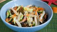 Фото рецепта Салат из морской капусты с кальмаром