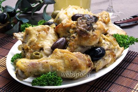 Курица с луком, маслинами и белым вином