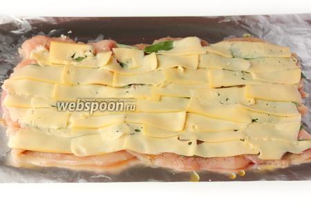 Выкладываем сырные ломтики на шалфей, стараясь покрыть ими всю площадь мяса.