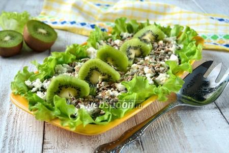 Зелёный салат с киви и семечками