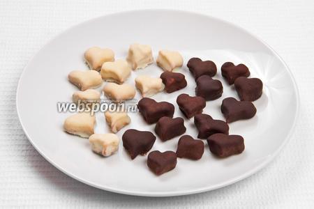 Даём застыть шоколаду и подаём на стол.