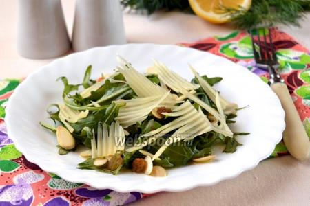 Салат с рукколой, миндалём и изюмом