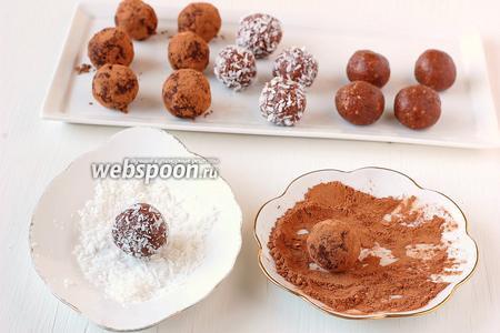 Сверху конфеты обкатать в посыпке — какао или кокосовой стружке.