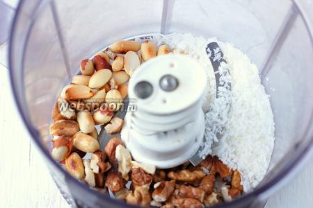 Тем временем соединить кокосовую стружку, грецкие орехи, жаренный арахис.