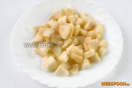 Грушу очищаем от кожуры, режем небольшими кусочками, немедленно сбрызгиваем лимонным соком, предотвращающим потемнение.