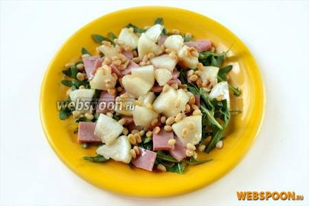 Осталось посыпать салат кедровыми орешками — и можно наслаждаться его потрясающим вкусом.