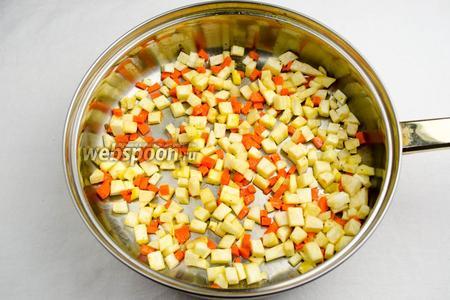 Помыть и очистить корень сельдерея и морковь. Нарезать мелким кубиком. Добавить на сковороду ещё 1 ст. л. оливкового масла. Припустить овощи в течение 5 минут.