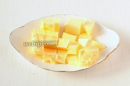 Масло порезать кубиком и оставить при комнатной температуре на 30-40 минут.