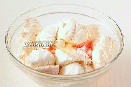 Нагреть зефир с маслом в микроволновой печи 2-3 минуты при масксимальной мощности.